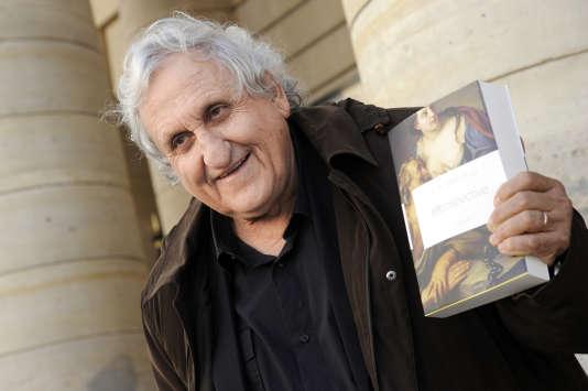 Avraham B. Yehoshua récompensé de multiples prix, dont le Médicis étranger, pour Rétrospective (Grasset, 2012) devant le Théâtre de l'Odéon, en novembre 2012.