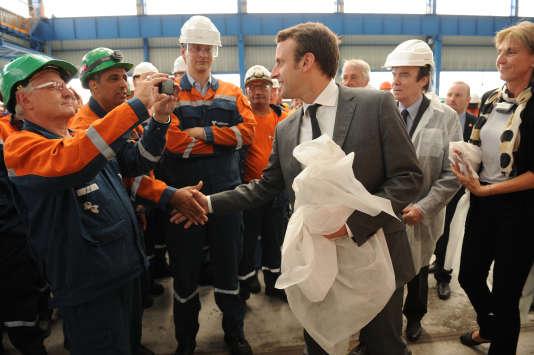 Le ministre de l'économie, Emmanuel Macron, en visite sur le site de Saint-Saulve, le 29 juin 2015.