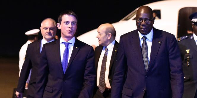 Le premier ministre français Manuel Valls et le ministre de la défense Jean-Yves Le Drian avec le premier ministre malien Modibo Keïta, le 19 février 2016, à Bamako.