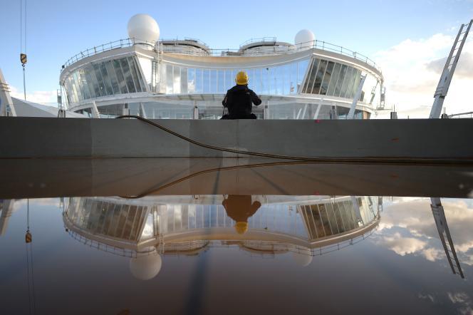 Sur le chantier de la construction du plus grand paquebot de croisière du monde, l'Harmony of the Seas, àSaint-Nazaire, en 2016. / AFP / JEAN-SEBASTIEN EVRARD