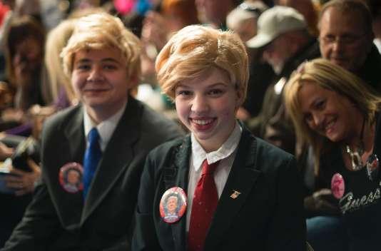 Kaylie Kilpatrick (au centre) et James Hanna, 14 ans, grimés en Donald Trump, lors d'un meeting du candidat républicain à Sumter (Caroline du Sud), le 17 février.
