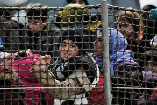 Des réfugiés dans le port de Mytilene, sur l'île grecque de Lesbos,  le 18 février.