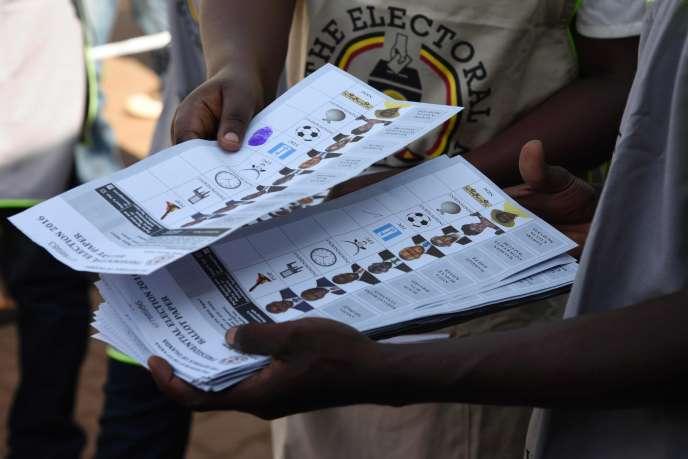 Des bulletins de vote, à Kampala le 18 février.