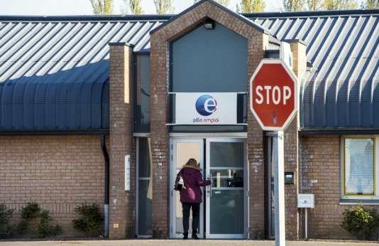 Une femme entre dans une agence de Pôle emploi, à Lille, dans le nord de la France.