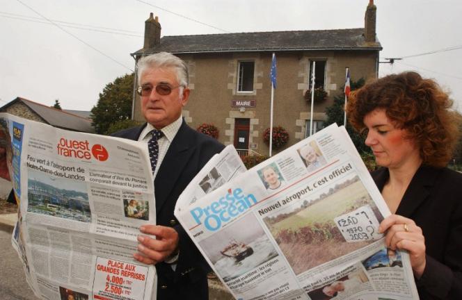 Le maire du village de Notre-Dame-des-Landes, Louis Cercleron, et une secrétaire de mairie, prennent connaissance, le 14 octobre 2003, de la presse locale. Le gouvernement a donné son feu vert de principe à la construction d'un nouvel aéroport à Notre-Dame-des-Landes, selon un arrêté paru au Journal officiel.