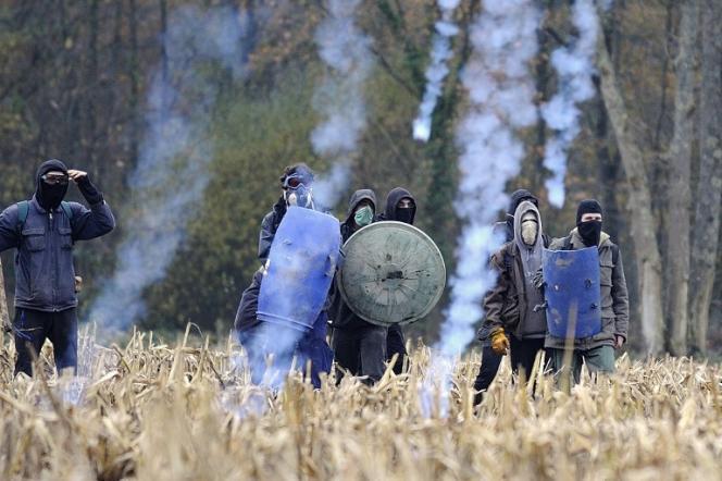Heurts entre les opposants au projet de NDDL et les forces de l'ordre sur la ZAD, le24novembre 2012.