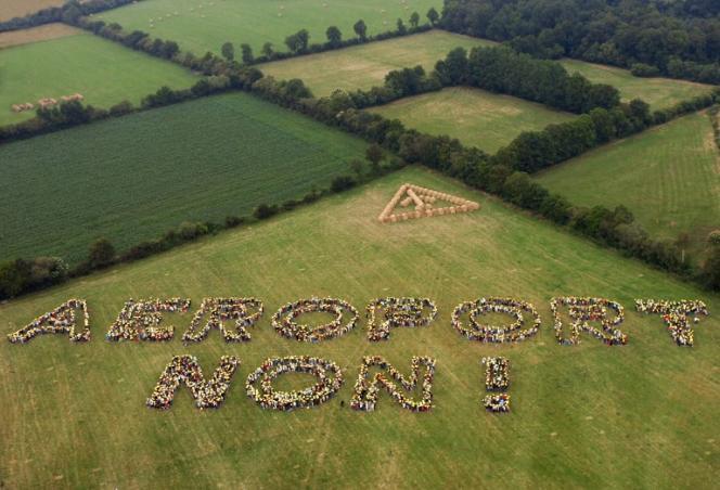 Des opposants à l'implantation d'un nouvel aéroport ont réalisé une chaîne humaine pour écrire «Aéroport Non!», le25juin 2006 dans un champ de Notre-Dame-des-Landes.