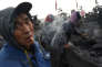 A Datong, des ouvriers trient du charbon sur un tapis roulant.