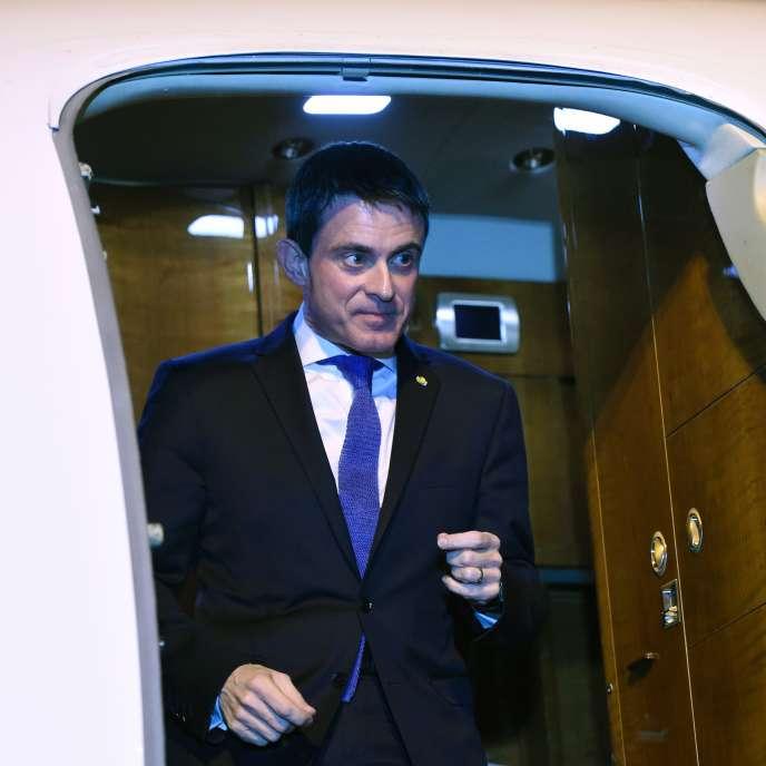 Manuel Valls à son arrivée à l'aéroport de Bamako, au Mali. Il effectue un déplacement de trois jours en Afrique, voyage officiel qui doit l'emmener, samedi, au Burkina Faso.