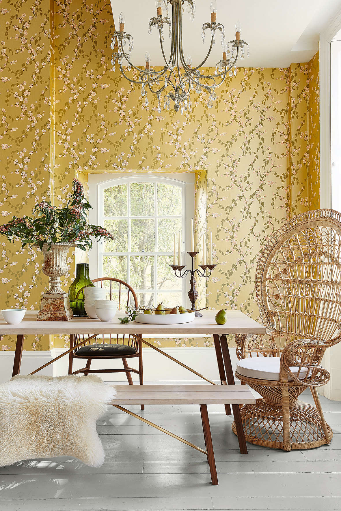 Papier peint Sakura - Yellow Lustre, de la collection Archive Trails chez Little Greene.