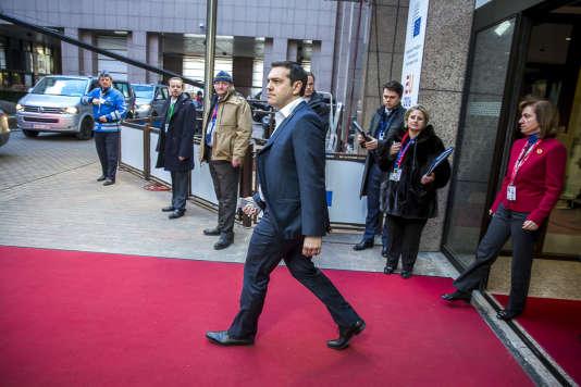 Alexis Tsipras sort du sommet des chefs d'Etat et de gouvernement au Conseil européen à Bruxelles le 19 février.