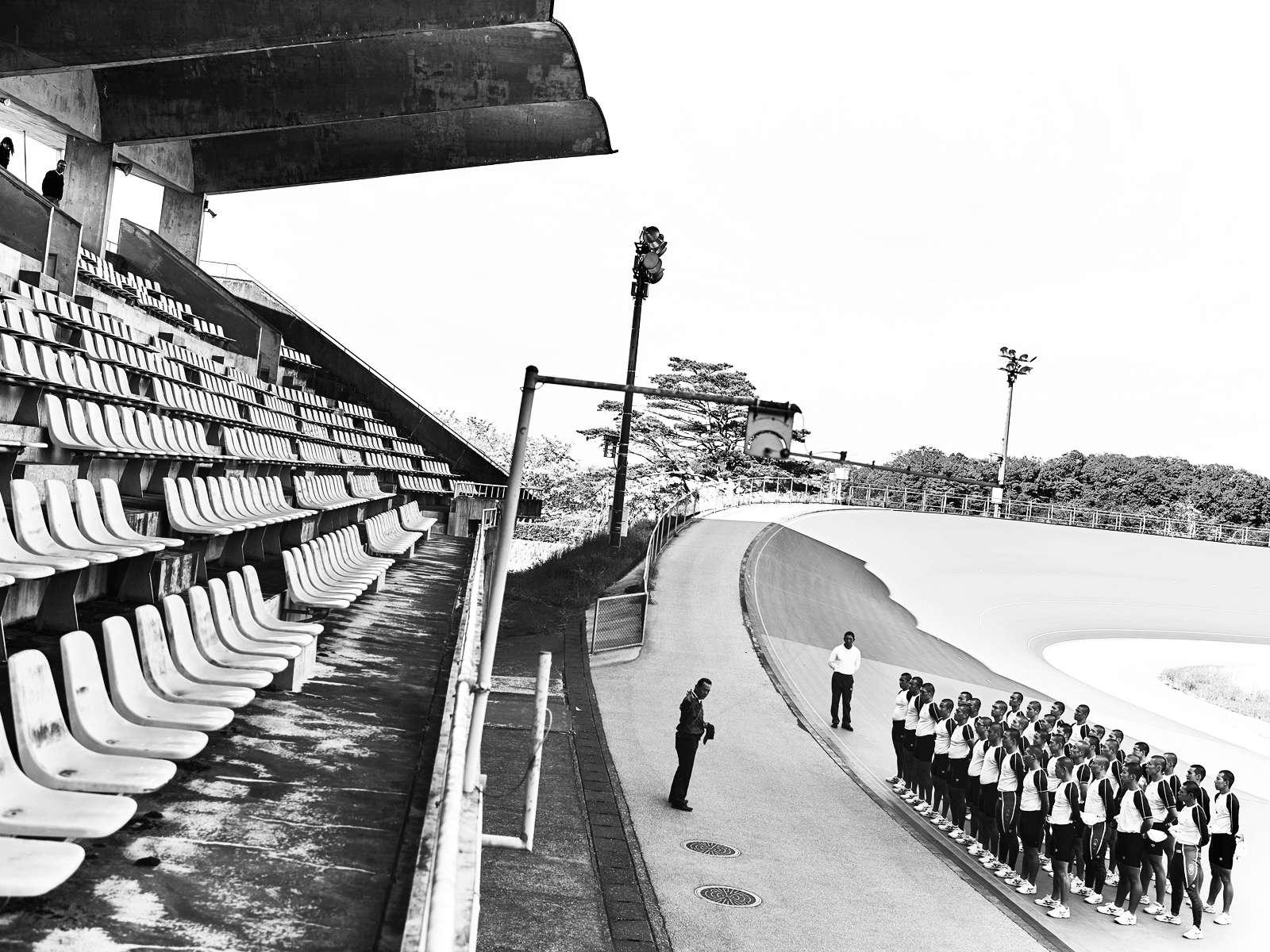 Au centre d'Izu, la discipline règne : les élèves sont au garde-à-vous pour écouter les consignes de l'entraîneur.