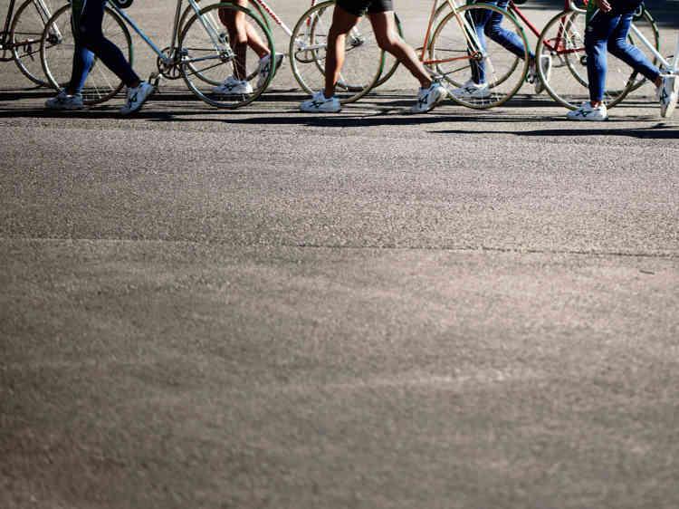 Au petit matin, après les échauffements, le départ vers les pistes se fait en rang, à pied, vélo à la main.