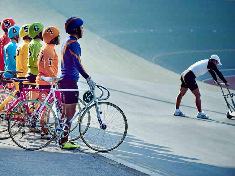 Le vendredi, filles et garçons arborent leur tenue de course. Comme pour les jockeys, lors des courses professionnelles, les couleurs des maillots signaleront chaque coureur aux parieurs.