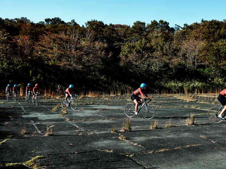 Certains parcours d'entraînement se font dans la forêt qui entoure le centre d'Izu. Ici, les filles terminent le parcours sur des pistes abandonnées.