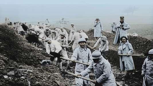 Dans des carrières à ciel ouvert, les soldats territoriaux français prélèvent les pierres qui serviront à renforcer la route reliant Verdun à Bar-le-Duc.
