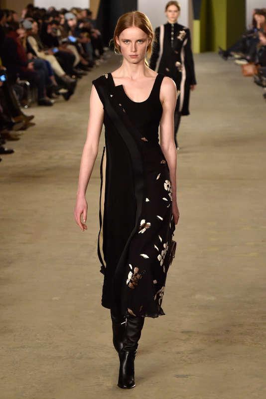 Un modèle de la collection Hugo boss automne hiver 2016, tout en drapés élégants et textures savantes.