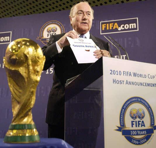 Le 15 mai 2004 au siège de la FIFA à Zurich, Sepp Blatter révèle le nom du pays organisateur de la Coupe du Monde 2010 : l'Afrique du Sud.