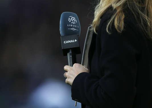 Le micro d'une journaliste de la chaîne de télévision Canal+ lors d'un match de football de Ligue 1, à Caen, en décembre 2015.