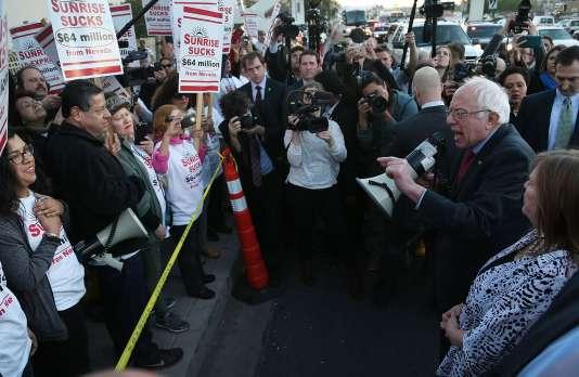 Bernie Sanders s'exprime devant des membres du syndicat Culinary Workers Union manifestant devant le Sunrise Hospital, à Las Vegas (Nevada), le 18 février.
