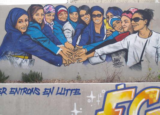 """Sur un mur du quartier du Petit Bard, le portrait de ces mères qui se battent pour davantage de mixité dans les écoles. Si les femmes disent s'être """"emparées"""" de ce combat, les pères et maris sont aussi mobilisés."""