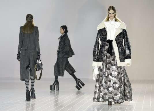 Les modèles de la collection Marc Jacobs, entre divas victoriennes et princesses gothiques.