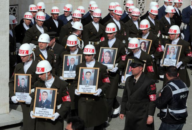 Des soldats avec des portraits des victimes de l'attentat-suicide qui a fait 28 morts mercredi 17 février à Ankara.
