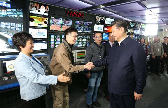 Le président chinois, Xi Jinping, avec l'équipe de la télévision centrale CCTV à Pékin, le 19 février 2016.