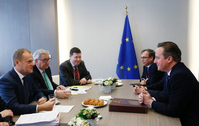 Le premier ministre britannique David Cameron lors d'un meeting avec le Président du Conseil Européen Donald Tusk et le Président de la Commission Européenne Jean-Claude Juncker, au cours du second jour du sommet européen du Brexit, à Bruxelles, le 19 février 2016.