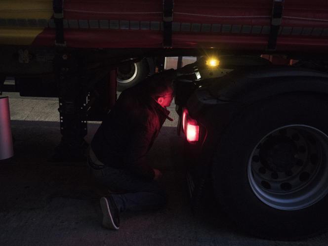 Avant chaque départ, Olivier Crépin inspecte le châssis du camion afin de vérifier que des migrants ne sont pas cachés sous le véhicule.