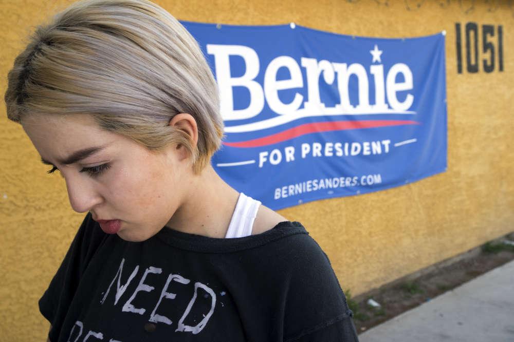 Nataly Correa, une jeune lycéenne de 17 ans, devant une affiche de campagne de Bernie Sanders à North Las Vegas, le 17 février.