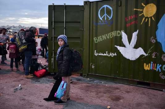 Des migrants à leur arrivée au port du Pirée près d'Athènes le 18 février 2016.
