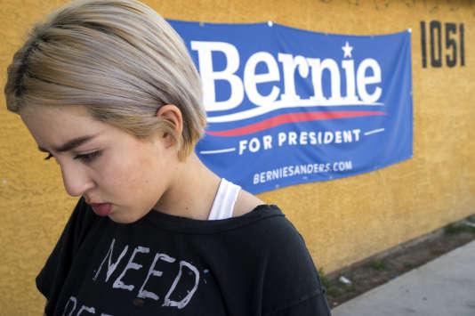 Nataly Correa, une jeune lycéenne militante de 17 ans, devant une affiche de campagne de Bernie Sanders à North Las Vegas, le 17 février.
