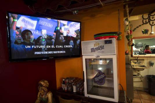 """""""Un futur auquel on peut croire"""" : un slogan de campagne de Bernie Sanders en espagnol sur le téléviseur du restaurant mexicain Los Molcajetes à North Las Vegas, le 17 février 2016."""