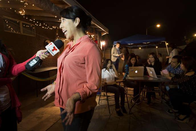 Emilia Pablo, la directrice de communication de Bernie Sanders au Nevada, au micro de la chaîne Telemundo, pendant une campagne de démarchage au téléphone à North Las Vegas, le 17 février 2016.