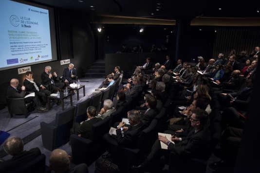 """Philippe Escande, Jean-Marc Jancovici, Jean-Bernard Lévy et Vincent Giret dans l'auditorium du """"Monde"""", le 18 février, dans le cadre du Club de l'économie """"Le Monde""""."""