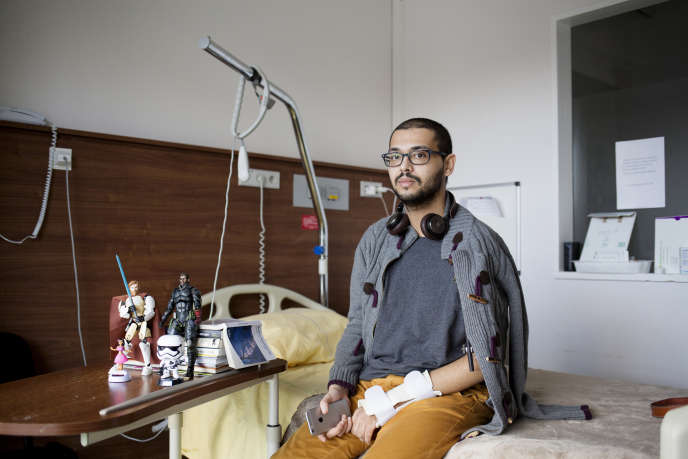 Mehdi dans sa chambre d'hôpital.