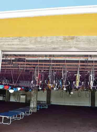 Accrochés au plafond du garage de l'école, les deux-roues « au repos ».