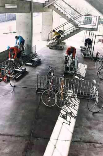 Un échauffement sur des vélos en acier chromoly. Sur les circuits japonais, seules les femmes sont autorisées à courir sur des deux-roues en carbone, matériau plus léger répandu dans les courses internationales.