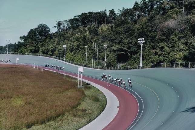 Séance d'entraînement au vélodrome de l'école d'Izu, en octobre 2015. Le keirin, devenu une discipline olympique en 2000, est une course de vitesse sur piste durant laquelle les concurrents s'élancent derrière un cyclomoteur jusqu'au tour final, qui donne lieu à un sprint.