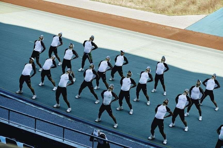 Echauffement matinal : du lundi au vendredi, les garçons revêtent une tenue noir et blanc.