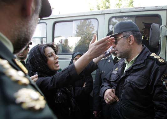Une iranienne proteste auprès d'un policier l'ayant interpellée à propos de sa tenue et de ses cheveux le 23 avril 2007.
