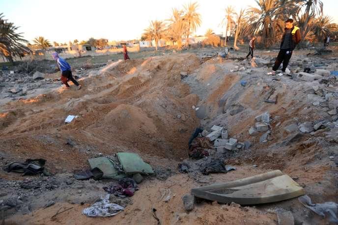Le cratère laissé par le raid aérien mené par les Etats-Unis sur une maison de Sabratha, en Libye, vendredi 19février.