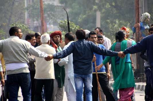 Des manifestants forment une chaîne humaine à Rohtak, dans l'Etat indien de l'Haryana (nord), voisin de Delhi, samedi 20 février.
