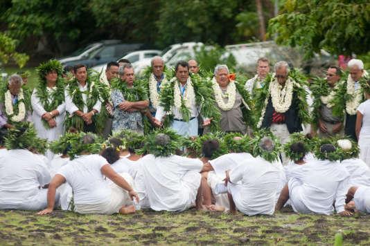 Le président de la Polynésie Edouard Fritch (au centre) et des représentants de celle-ci, à Raiatea le 16 juillet 2015.