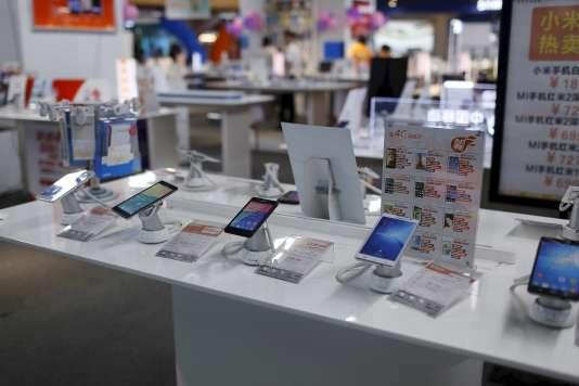 Un magasin présentant ses smartphone à la vente à Shangai le 24 juin 2015.