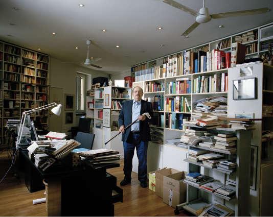 Umberto Eco, écrivain italien, dans la bibliothèque de sa maison à Milan, Italie.