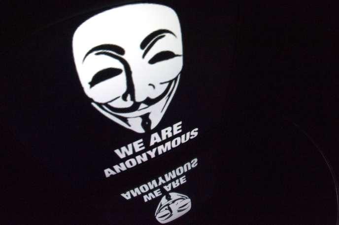 Ils sont jugés pour l'attaque et la diffusion en janvier 2012 d'une base de données contenant les coordonées de 451 policiers, ainsi que la «défiguration» de deux sites Internet gouvernementaux.