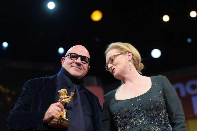 Le réalisateur italien Gianfranco Rosi, qui obtient l'Ours d'or de la Berlinale, et la présidente du jury, Meryl Streep, le 20 février 2016.