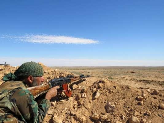 Un soldat de l'armée syrienne, dans la région de Rakka, le 19 février.